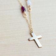 Золотой крестик на цепочке можно истолковать и как символ полного благополучия, семейного счастья, радостный событий.