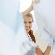 девушка вешает белье