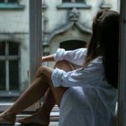 девушка у окна