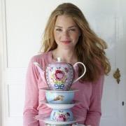 девушка с посудой