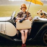 ретро автомобиль и девушка