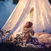 девушка в палатке